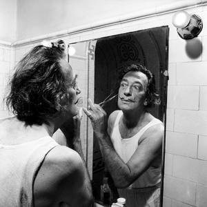 ESPAÑA SALVADOR DALÍ: (Fotografía sin fecha), Año 1964.-  El pintor Salvador Dalí, recortándose el bigote ante el espejo. EFE/Fiel/caa SPAIN ART SALVADOR DALI: Undated, ca. 1964.- Spanish artist Salvador Dali retouches his moustache in front of a mirror. EFE/Fiel/fs
